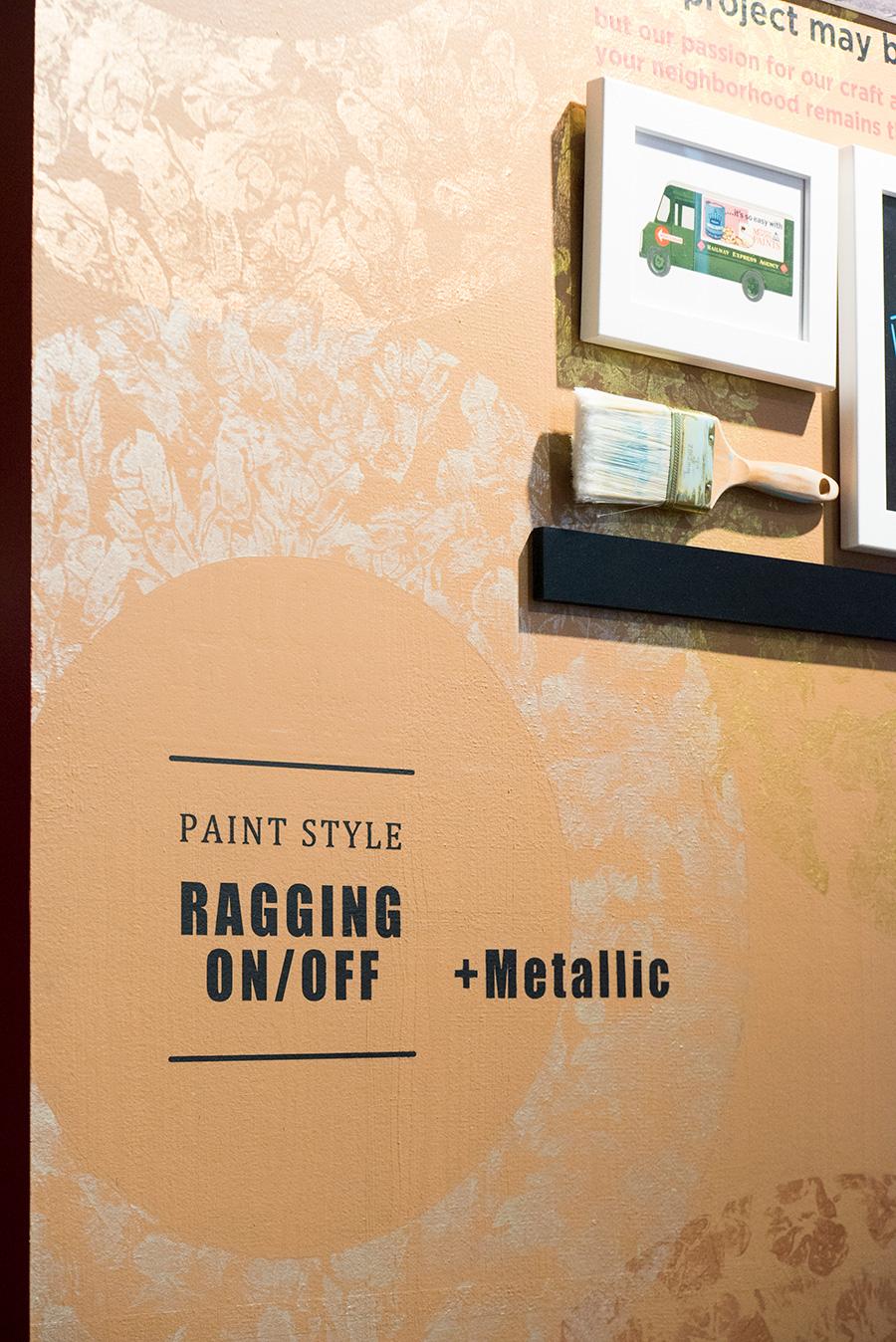 ラギングを施した店内の壁。布を使ってメタリックの塗料を上から載せている。