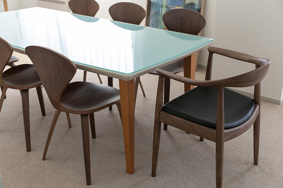 結婚する時に購入したダイニングテーブルは、イタリアのメーカー「ポルトローナ・フラウ」のもの。革張りにガラスというユニークな意匠が面白い。