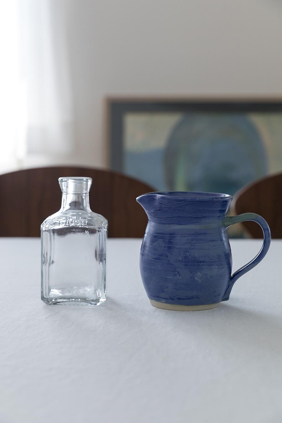 右のミルクピッチャーは、タスマニアのマーケットで購入。左はスパイスの空き瓶で、テーブルに置く花瓶として愛用。