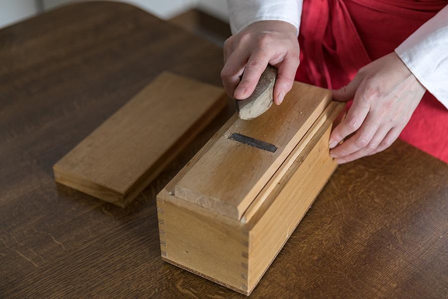出汁を取るときはなるべく鰹節を削る。「パックとは別物の風味。味噌汁が格段に美味しくなります」。