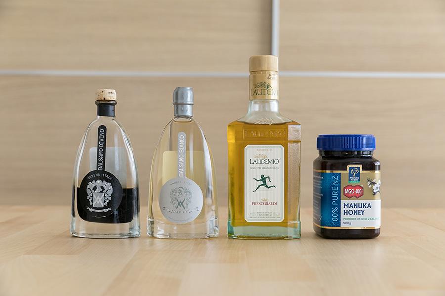 調味料は無添加で原料や製法にこだわったものを厳選。左から「BALSAMO DOVINO」のバルサミコ酢・ホワイトバルサミコ酢、「FRESCOBALDI LAUDEMIO」のオリーブオイル、ニュージーランド産のマヌカハニー。