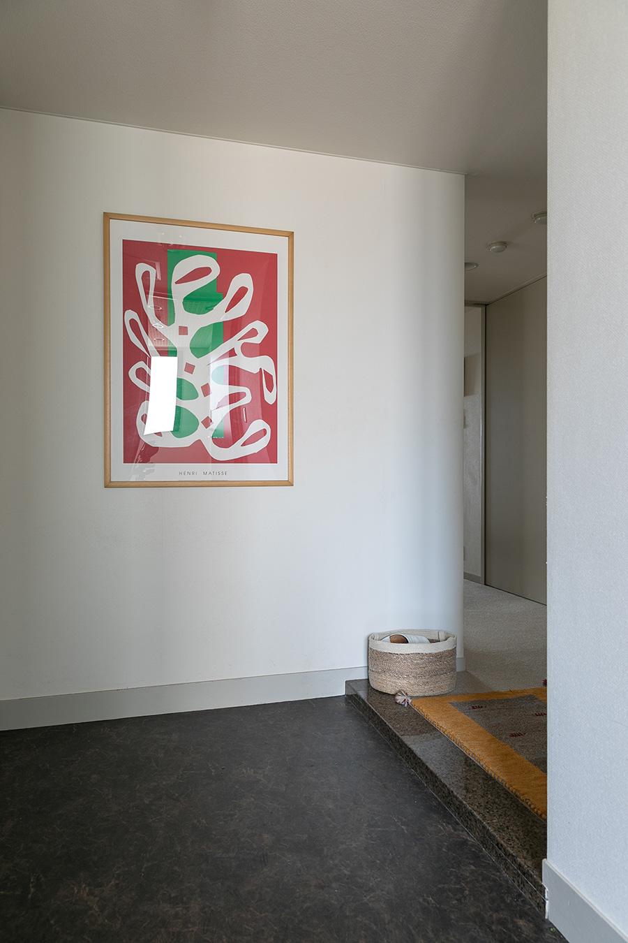 玄関には、観る人を元気にしてくれそうな赤が効いたマティスの絵画。