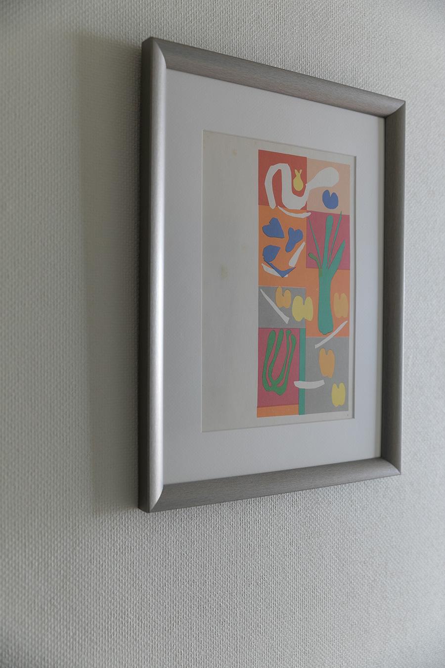 画集から切り抜いて額装したポップな色づかいのマティスの絵画。「古い紙についたシミも味かな」とまきさん。