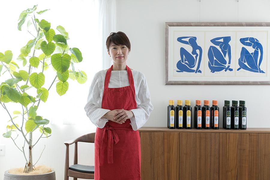 料理家の島田まきさん。テレビ出演や雑誌掲載、企業商品開発なども手がける。奥に並ぶのは、料理教室でも「イレール人形町」でも愛用する「Disanti」のオリーブオイル。