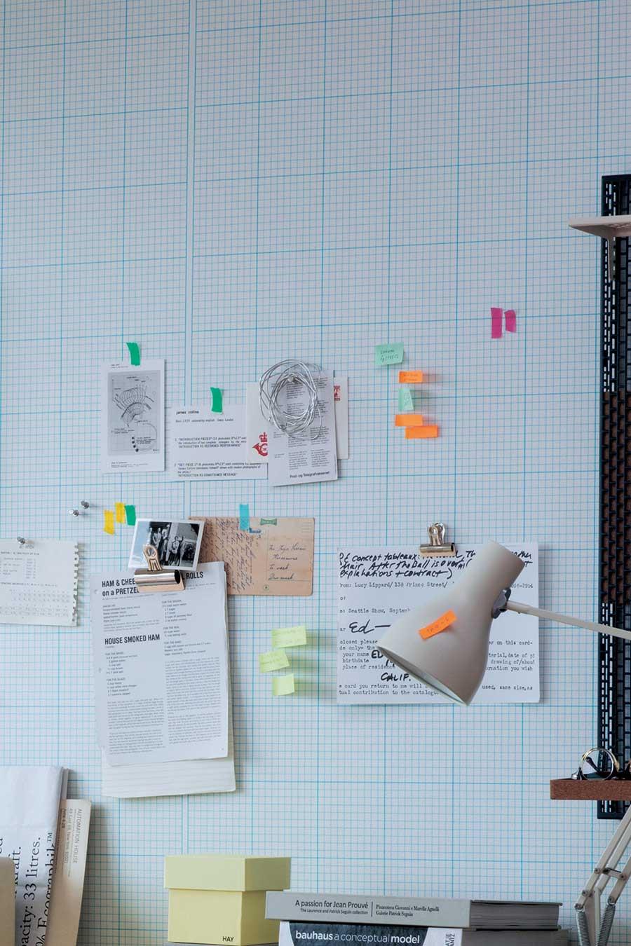 『SUPPOSE DESIGN OFFICE Co., Ltd.』のデザインした方眼クロス〈Graph Paper〉。子ども部屋の壁にもピッタリ。子どもの背の高さを直接壁紙に書き込むのも楽しい。全2色。品番:TH-9339。©SUPPOSE DESIGN OFFICE Co.,Ltd. Photo by Norio Kidera, Styling by Fumiko Sakuhara