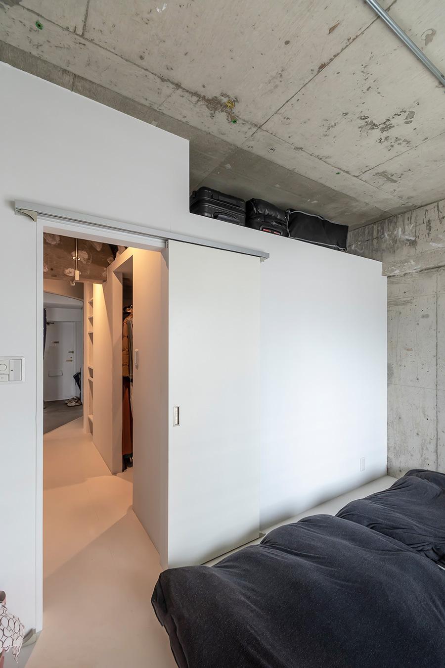寝室とリビングの間にドアはつけず開放的に。