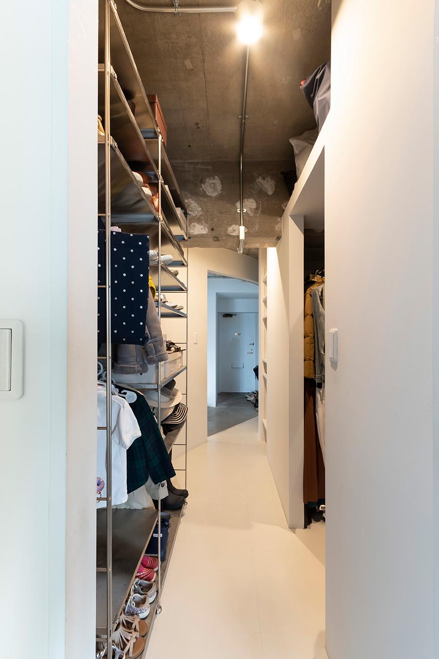 寝室から玄関に向かう空間は収納スペースに。