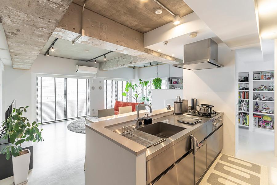 天井はスケルトン、床には塩ビタイルを使用。