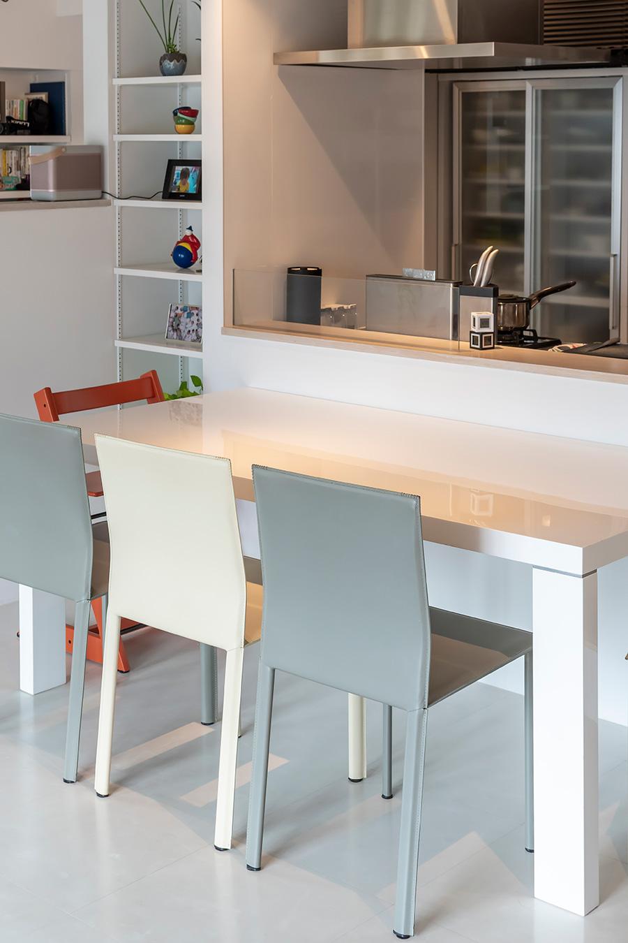 ダイニングテーブルは、キッチンと対面するように配置。