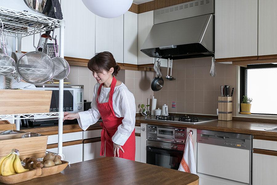 キッチンは独立していて5畳ほどある。「大きな作業台、オーブンや食洗機も元からついていて、とても使いやすい。私だけの書斎みたいな感覚です」とまきさん。
