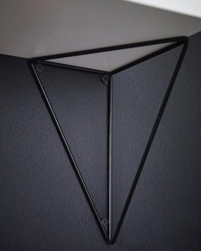 下から棚板を支えるように。