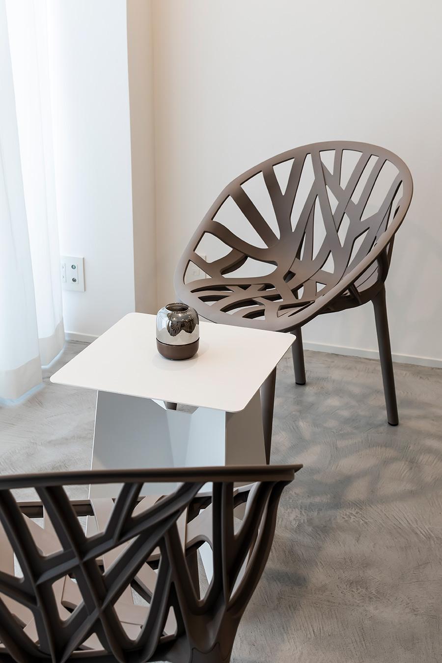 窓際の椅子は、仏デザイナー・ブルレック兄弟の作品。