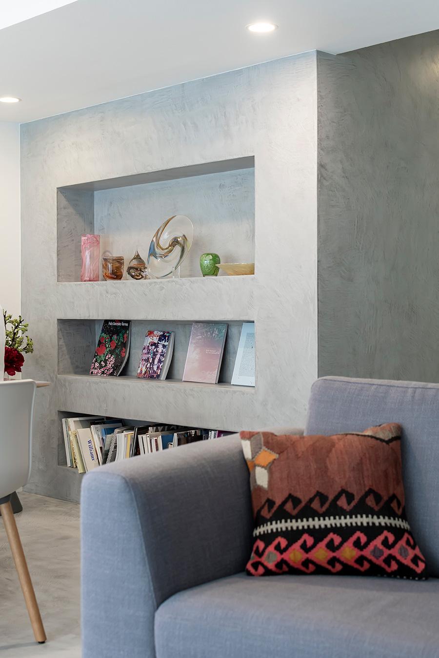 本棚は置かず、壁に設けたニッチ棚を展示スペースに。