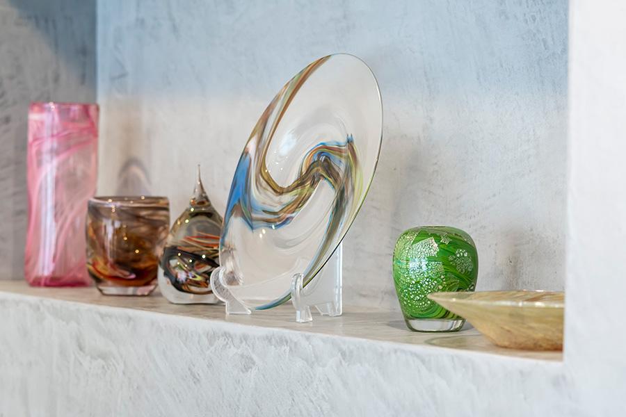 九十九里浜のガラス工房「YUGEN GLASS」の作品が並ぶ。