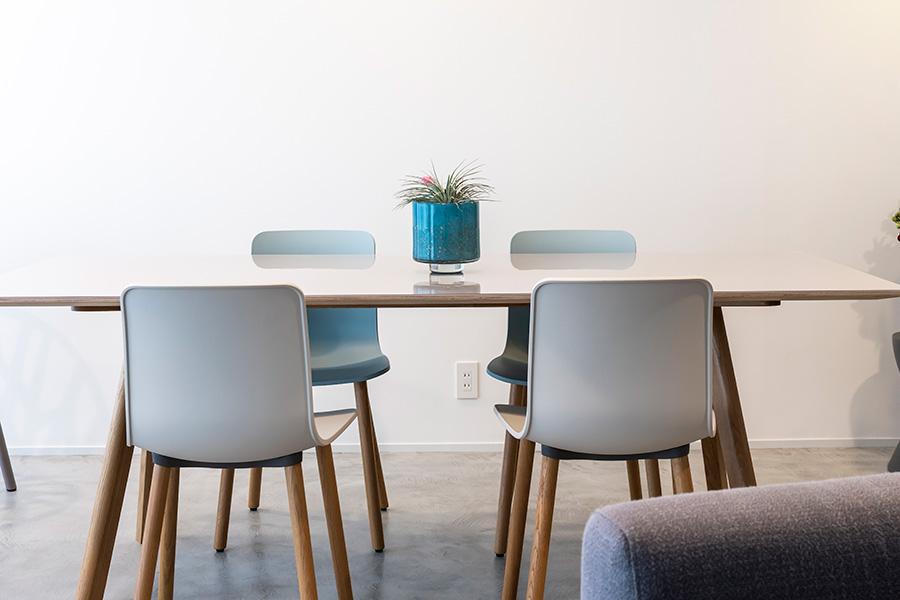 リビングのテーブルは、デンマークの家具ブランド「HAY」。