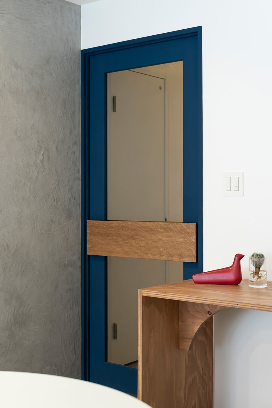 リビングの扉にガラスをはめて、窓からの日光を廊下へと届ける。