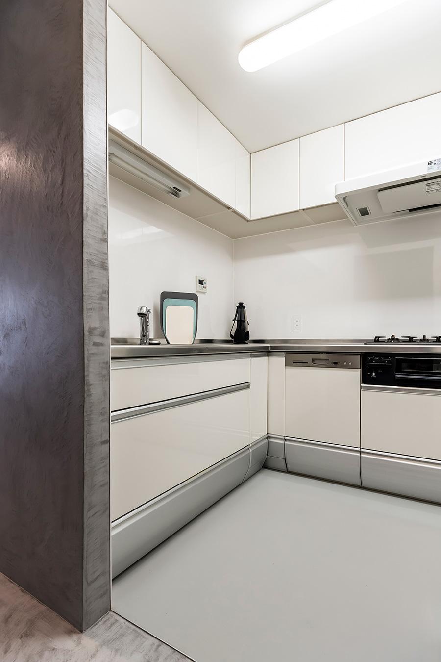 キッチン部分の間取りは変えずに、内装を一新した。