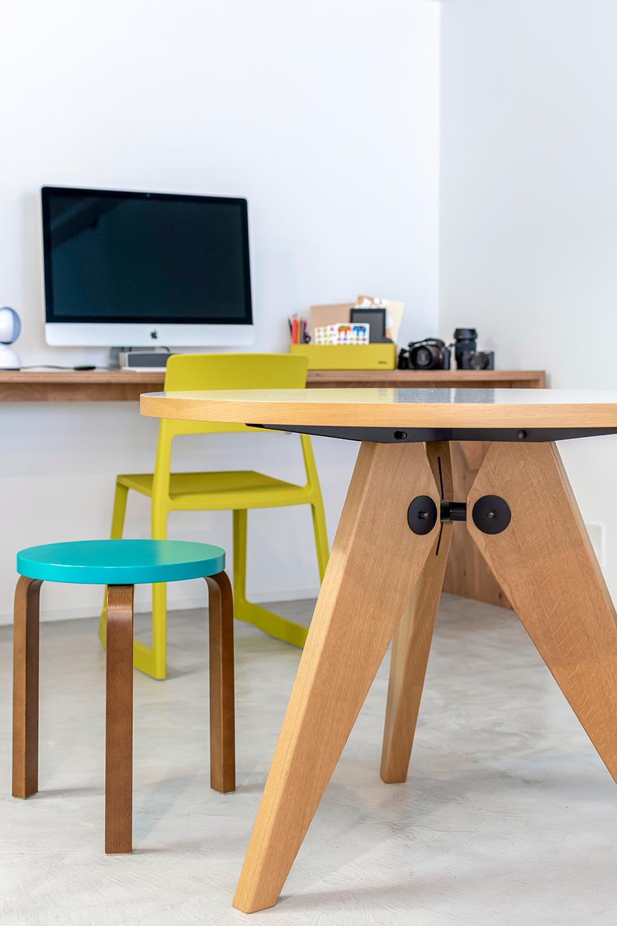 丸テーブルはスイスの家具ブランド「Vitra」のもの。