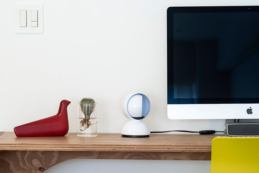 PC横には「Artemide」の卓上ライト。頭部を回転させて、光量を調節できる。