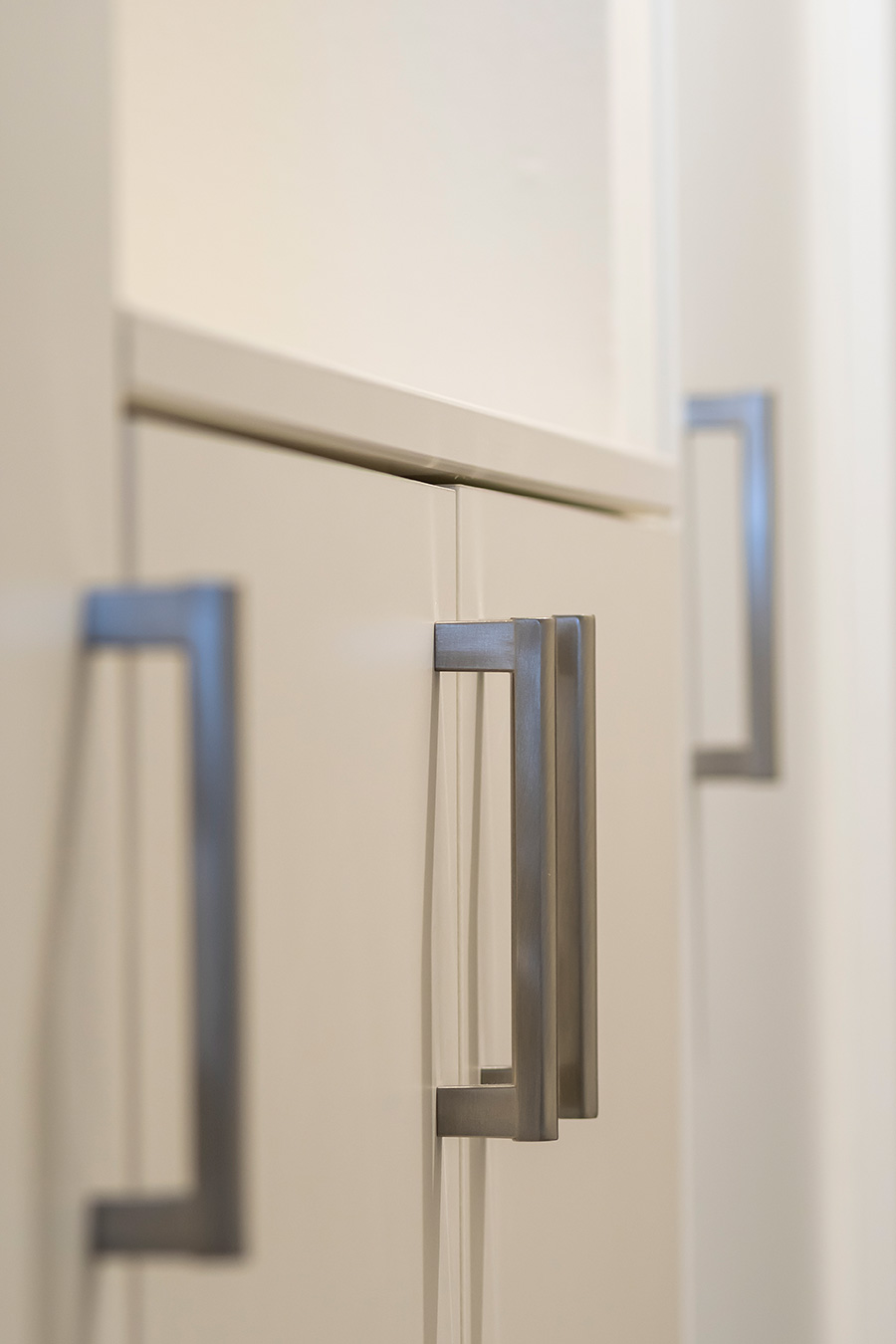 取っ手や照明スイッチは、長方形のデザインで統一。
