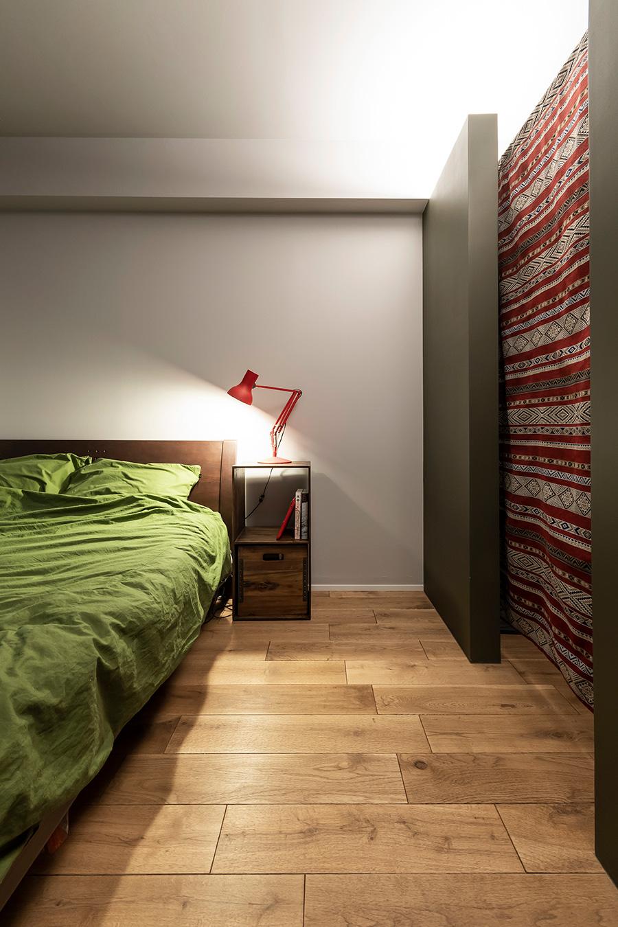 寝室の内装には木材を使い、温かみのある空間に。
