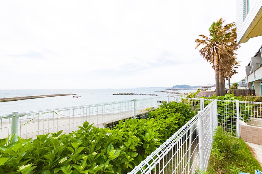 目の前がビーチという抜群のロケーション。江ノ島や、天気のよい日は富士山も見える。