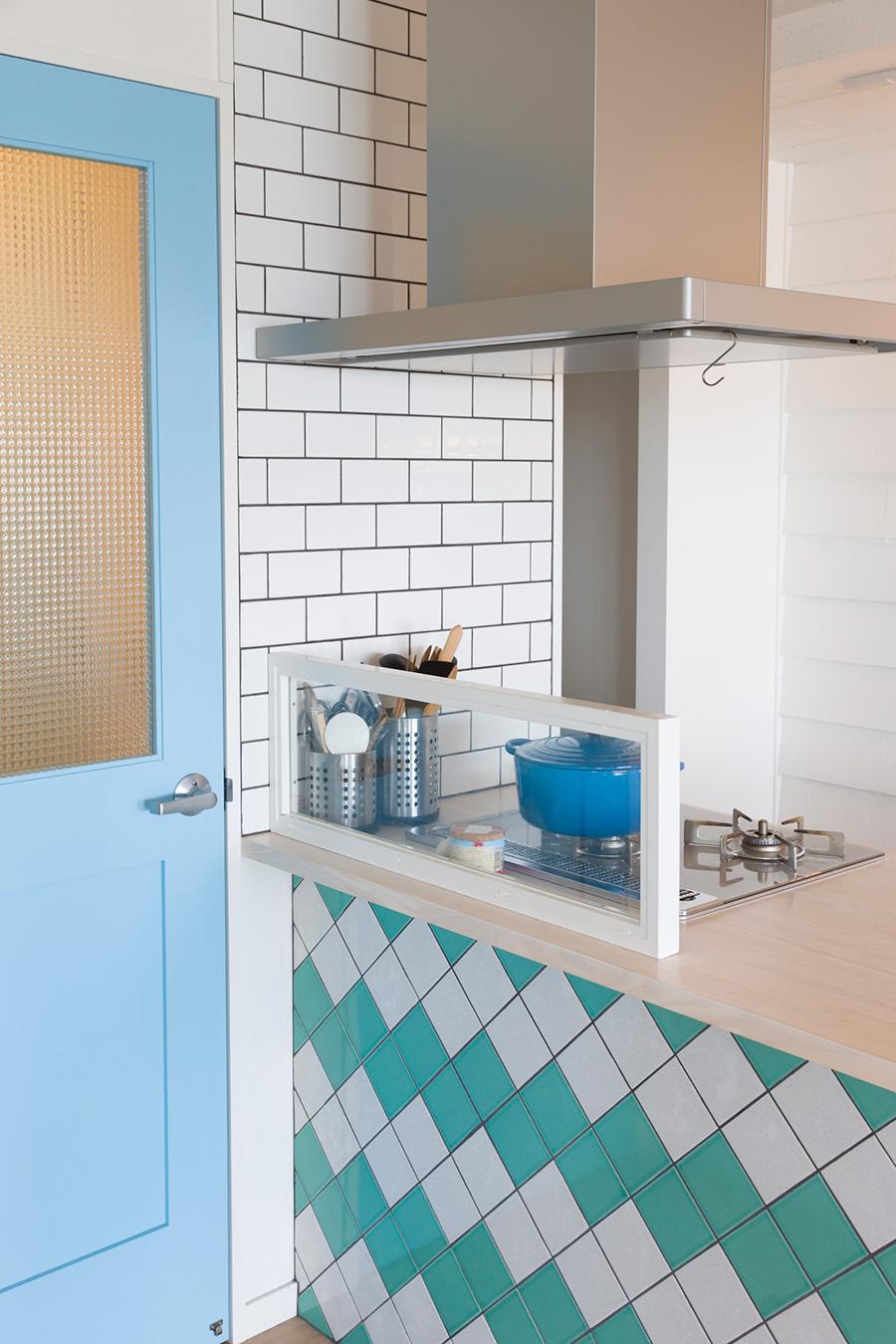 センコフ邸はブルー✕白がテーマカラー。斜めに張ったブルーと白のタイル、ブルーのドアが気持ちいい。ドアの上部はガラスにして、廊下に光が入るようにしている。