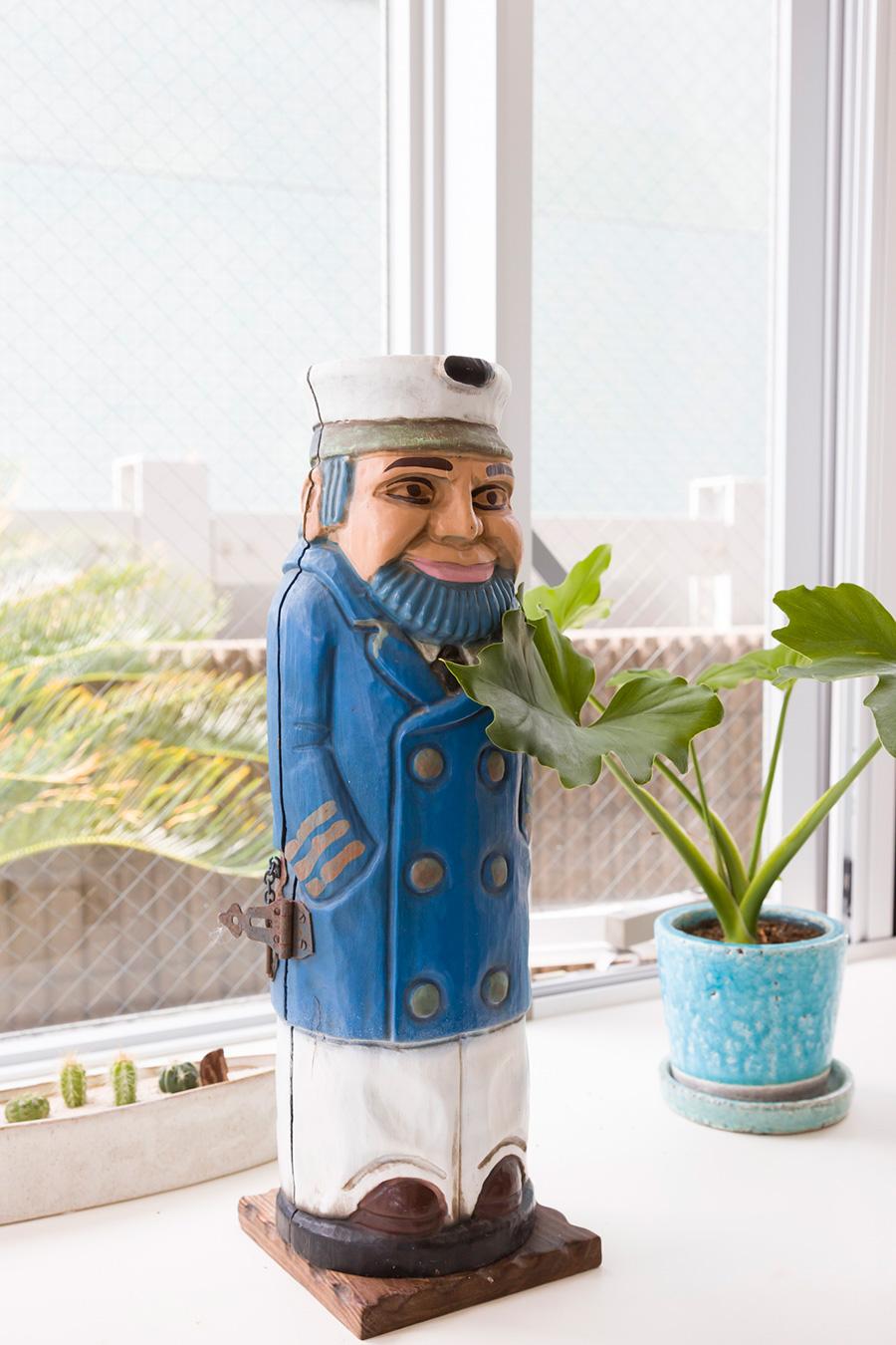 お父様が外廊下に飾っていた木彫りの船乗りの人形は、海の見える窓辺にお引越し。