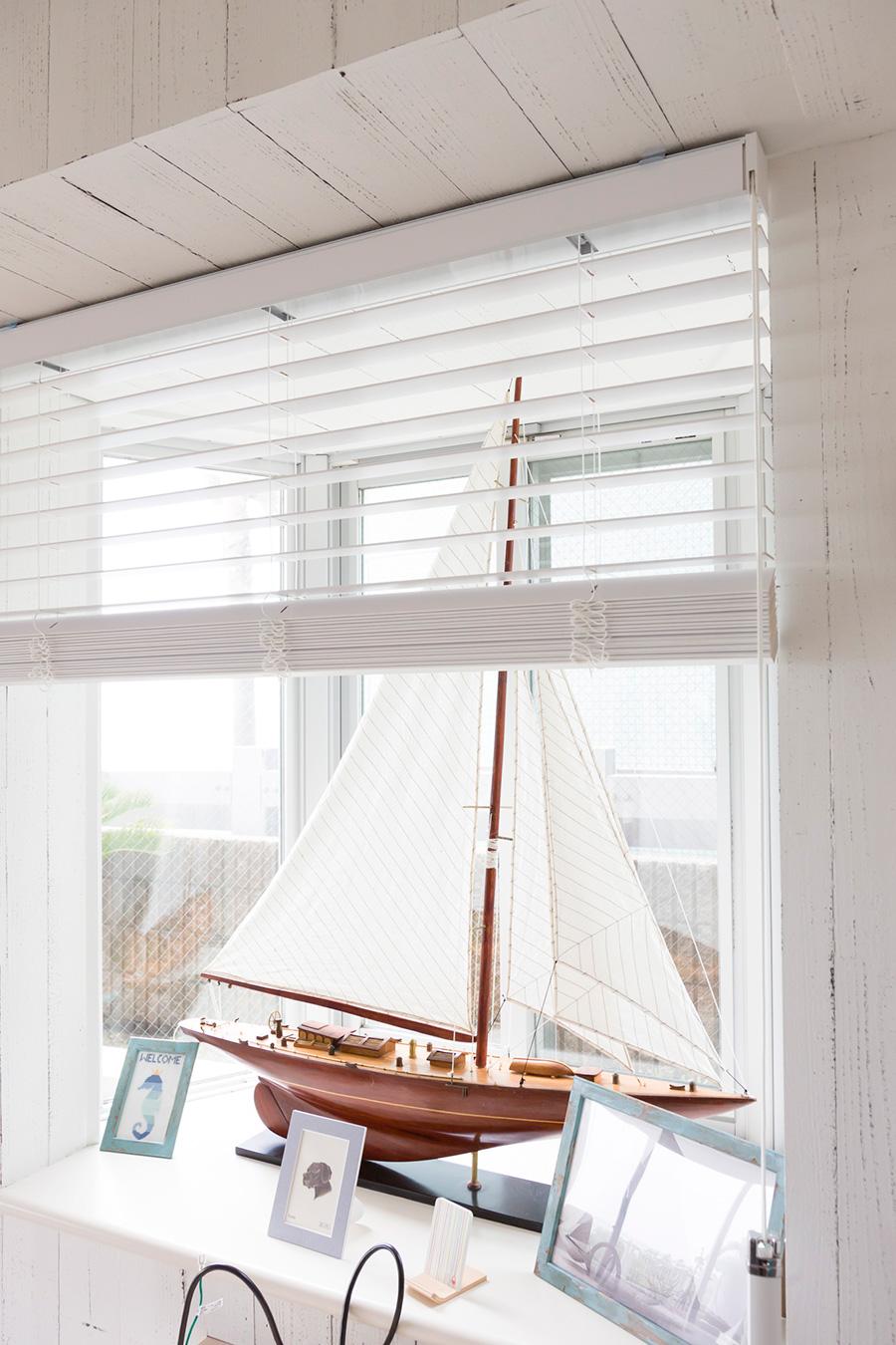 ヨットの模型を出窓に飾って、ビーチハウスならではのコーナーを作っている。