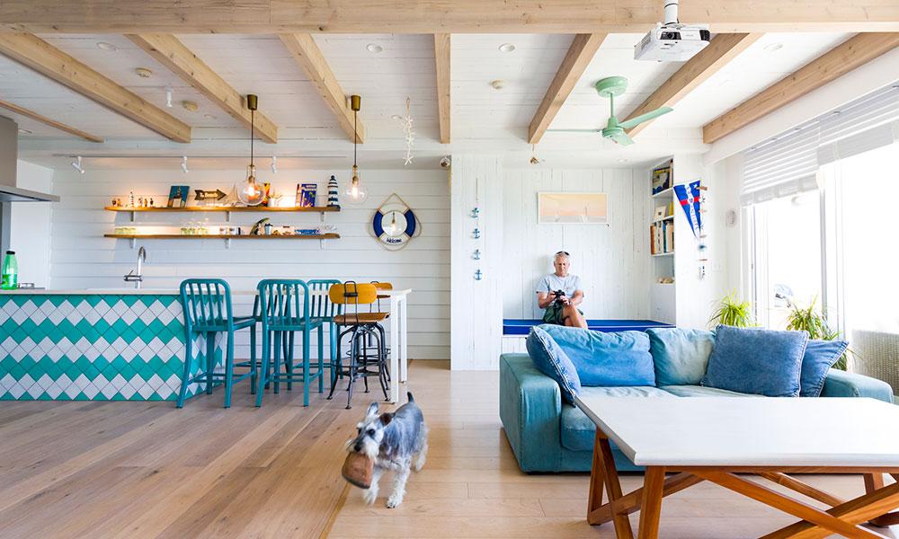 ヨット好きの家族の 海辺の暮らしを満喫する家