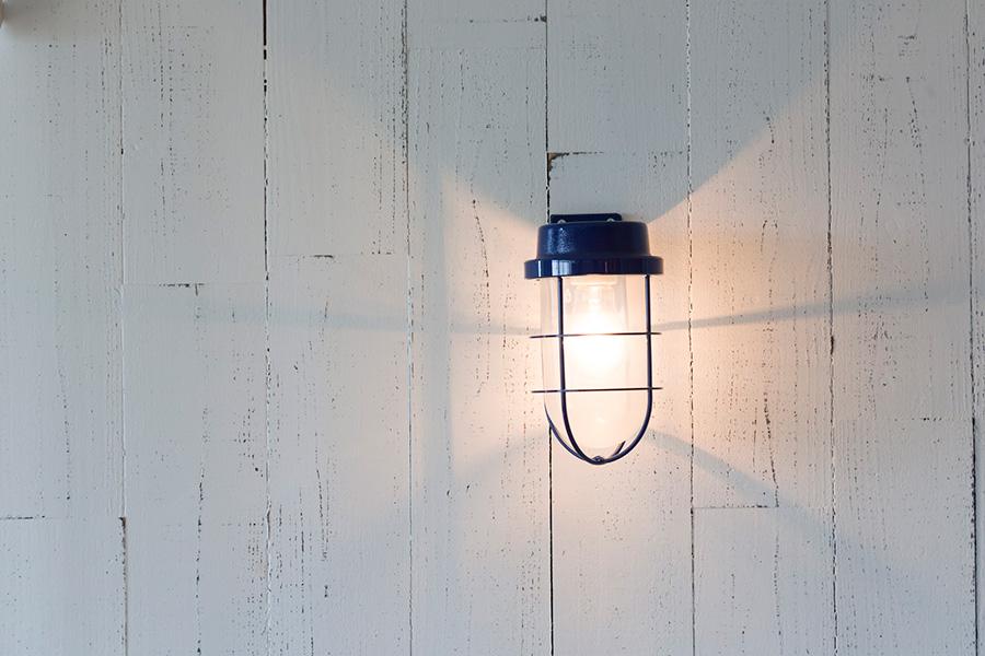 照明器具にはマリンランプを採用。