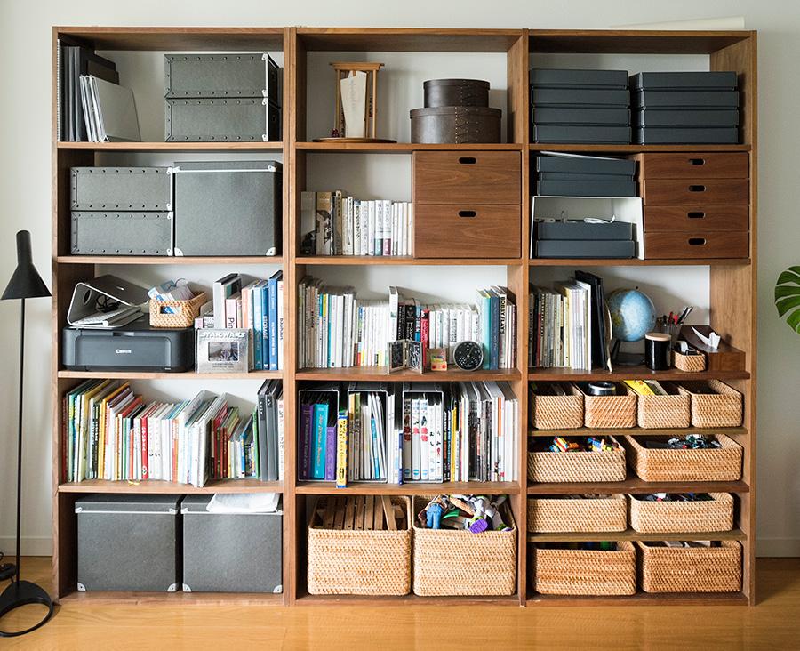 リビングで必要なものはほぼすべてここに収納。下の方に重いものを入れ、上にいくほどに軽いものにして余白を意識するのがポイント。