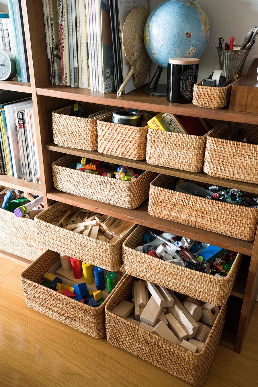 ラタンのボックスに子供のおもちゃを。中身は本人に仕分けさせることで、自分で片づけることを促している。