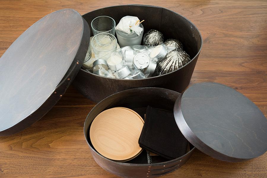 キャンドルやゲスト用のコースターなど、時々必要なものはアイテム別にボックスに入れて。