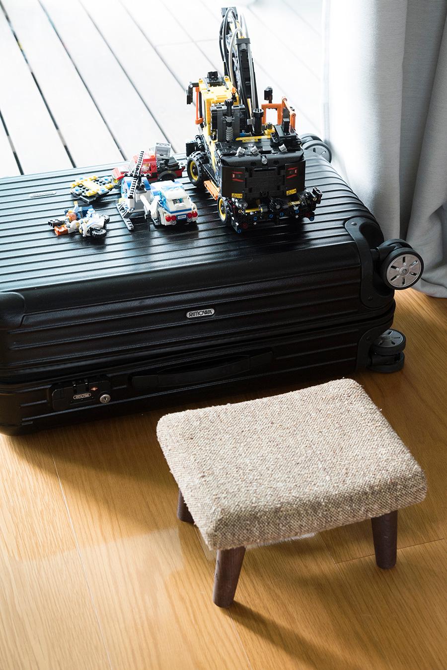リモアのスーツケースは、中に非常用ペットボトルをセッティング。さらに子供がおもちゃで遊ぶテーブル代わりに。