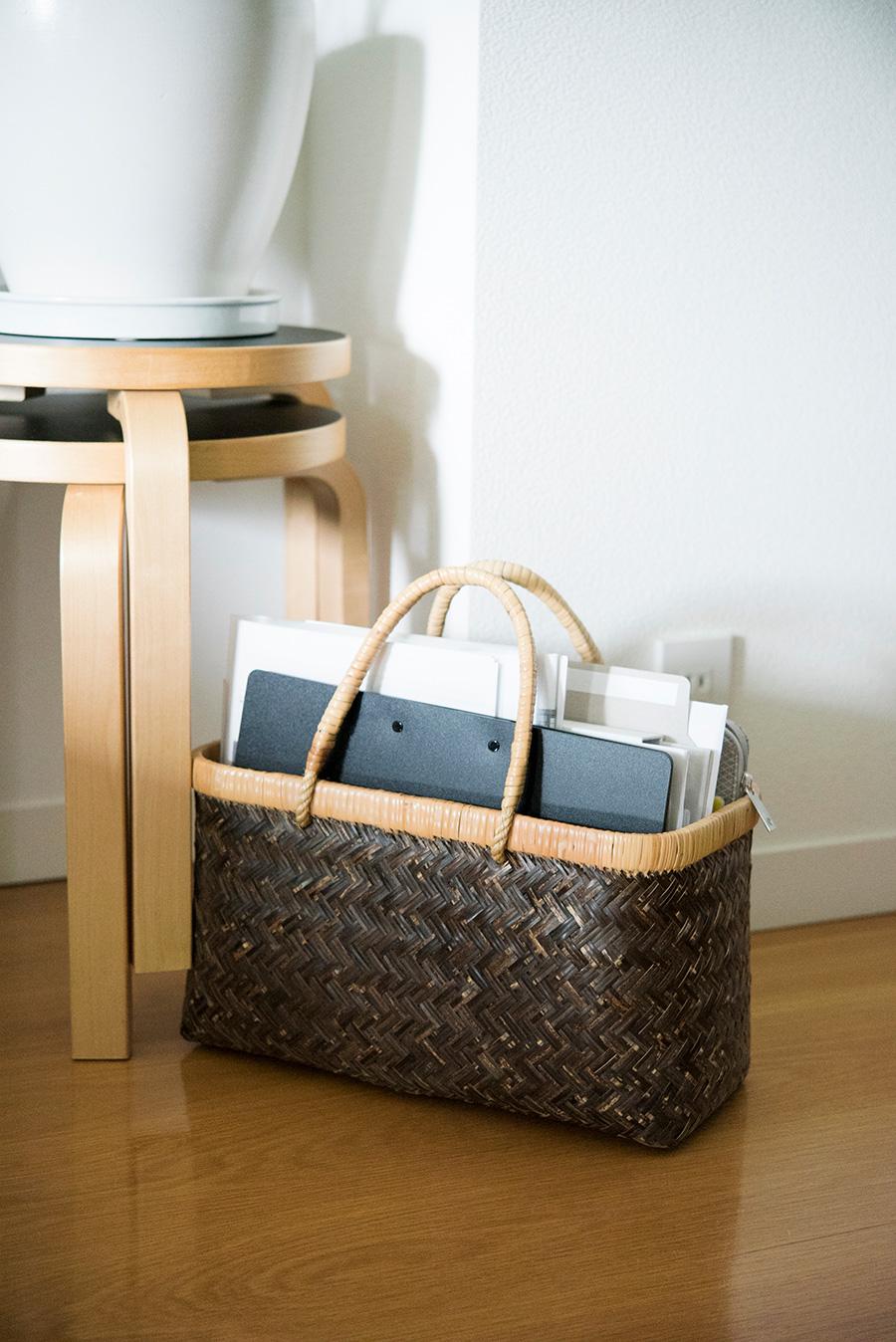 丈夫な市場かごを書類ケースに。かごはそのまま持ち運び、移動することができて便利なアイテム。