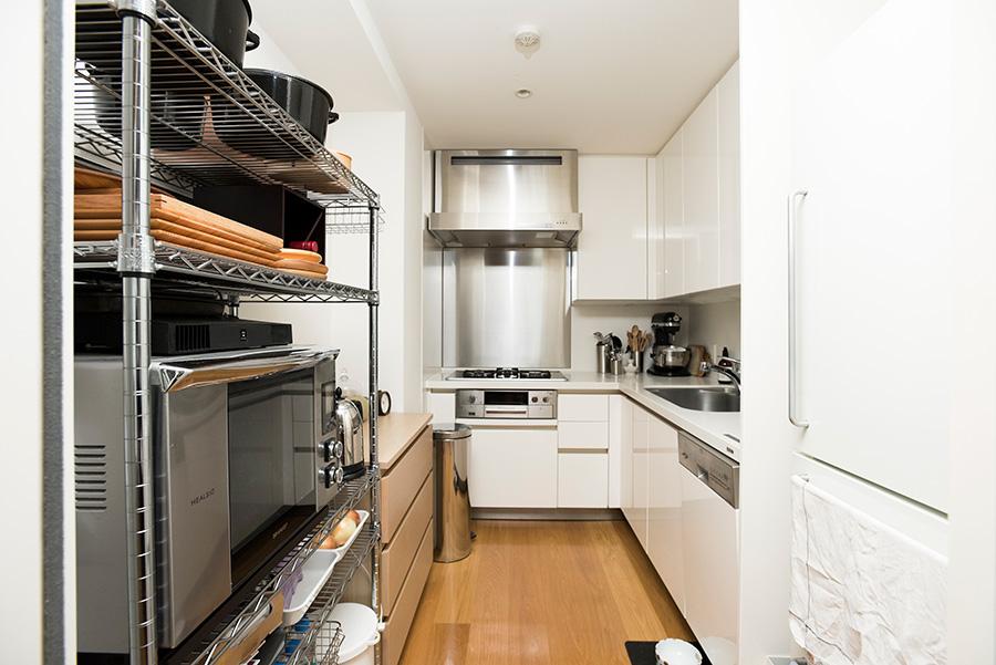 キッチンは、よく使うもの以外はなるべく収納しておくと、掃除もしやすい。以前は子供部屋などで使っていたチェストやワゴンがぴったり収まった。「シンプルで使い回しの効く家具を選んでおくと、引越し時にも重宝します」。
