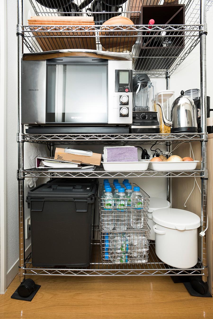 スチールワゴンの下の方にはお米を入れた容器やペットボトルなど、重さのあるものを。
