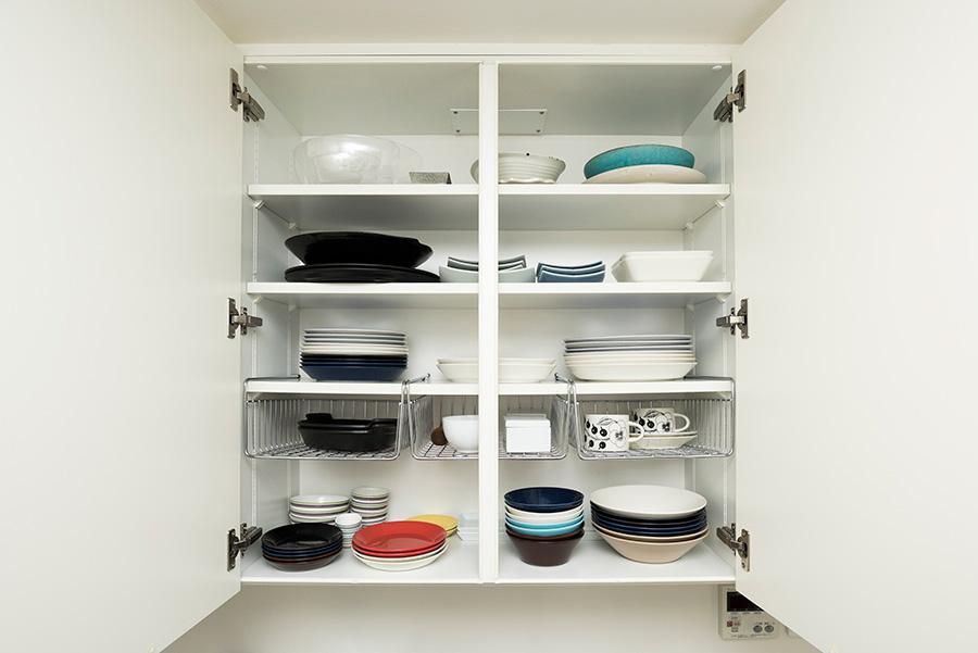 普段使いの食器はシンク上が定位置。色を意識してスタッキングすると美しい。