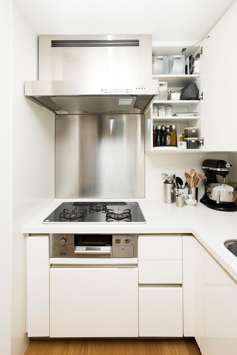 コンロ横には調理に使うグッズをスタンバイ。棚の中の調味料はターンテーブルに載せて奥のものも取り出しやすくしている。