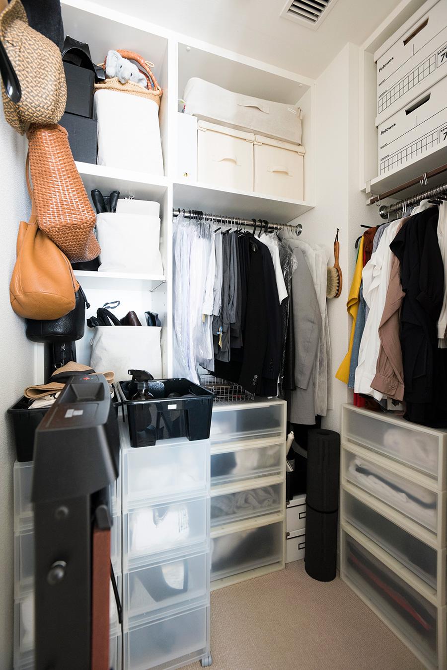 1年分の衣類を収めているクローゼット。カバンは縦に収納して選びやすく。