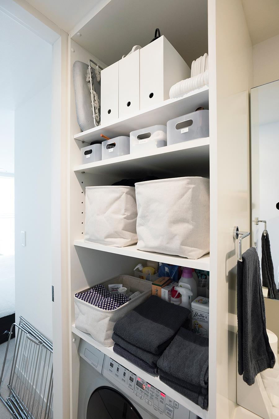洗面所はボックス収納。上のファイルケースには洗濯まわりのグッズをアイテム別に収めている。