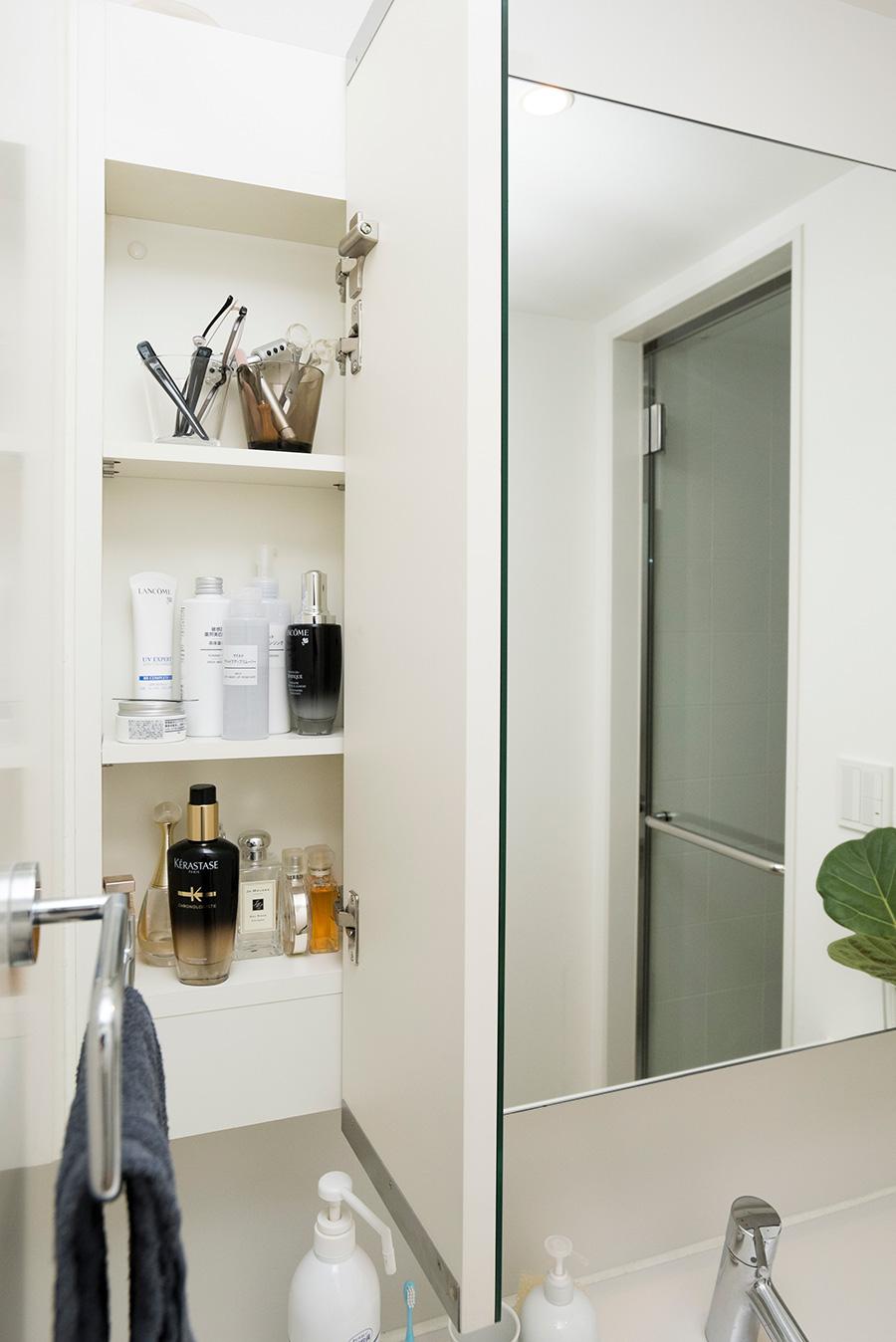 3面鏡の壁面収納は、片側を一人分と決めておくと、使うときにあちこち開け閉めしなくて便利。