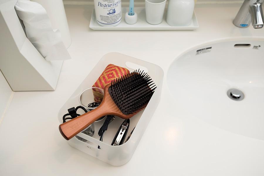 洗面所で身支度する時は、3面鏡の片側を開け、このボックスをひとつ取り出せば完了。