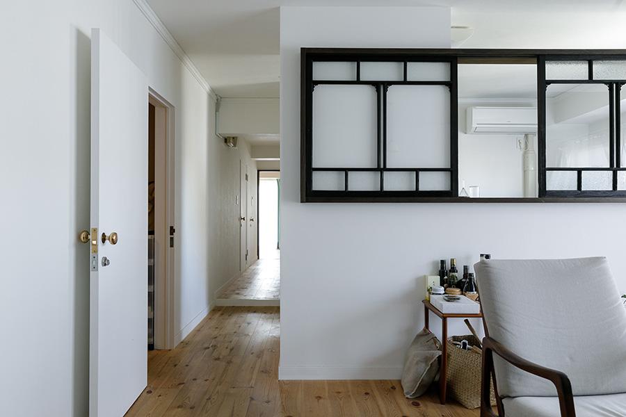 リビングからキッチンと奥の寝室へ続く廊下を見る。左側のスペースには水周り。