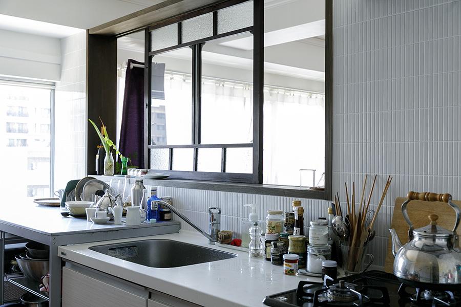 明るいキッチン。古い窓枠が空間をシックに演出してくれる。