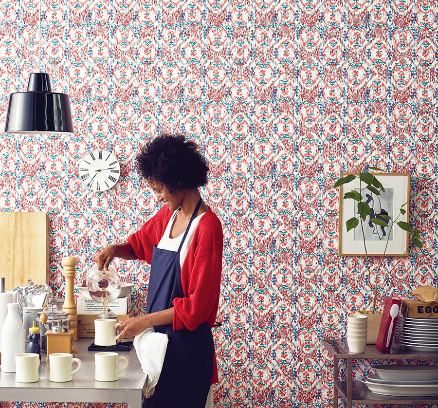 絨毯やタペストリーなどに使われることの多い重厚感のあるゴブラン織りの柄を、三原氏が色鉛筆で軽やかにドローイング。『KASURI WALL』、品番:RE-7331