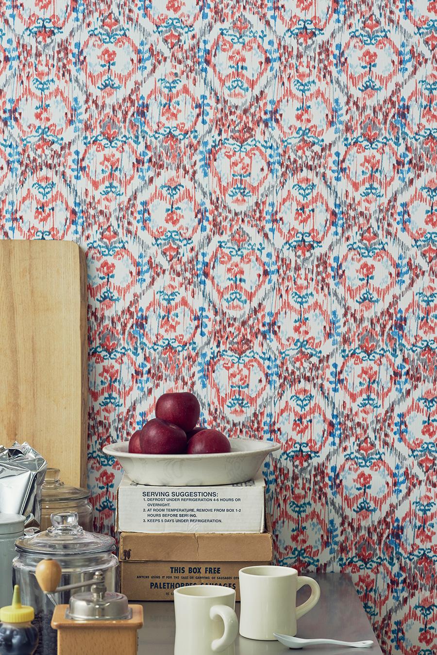 壁に近づくと、手作業の色鉛筆の温かでカジュアルな表情が見えてくる。