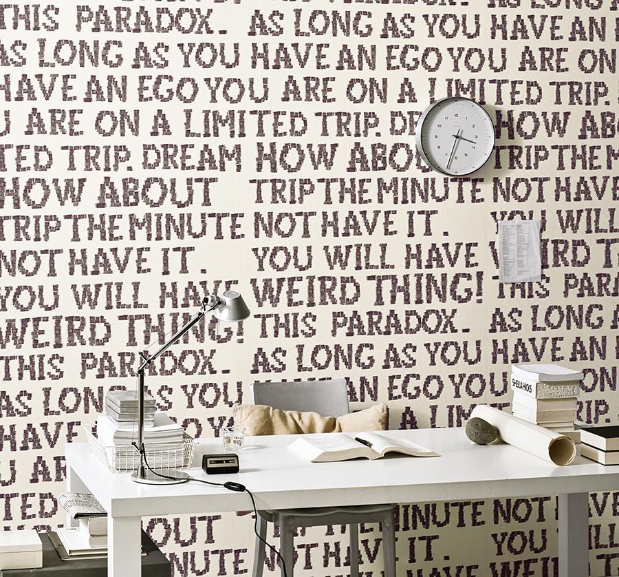 故スティーブ・ジョブス氏も愛読していたという本『BE HERE NOW』にインスピレーションを得て、文中に使われているワードをコラージュしている。品番:RE-7338