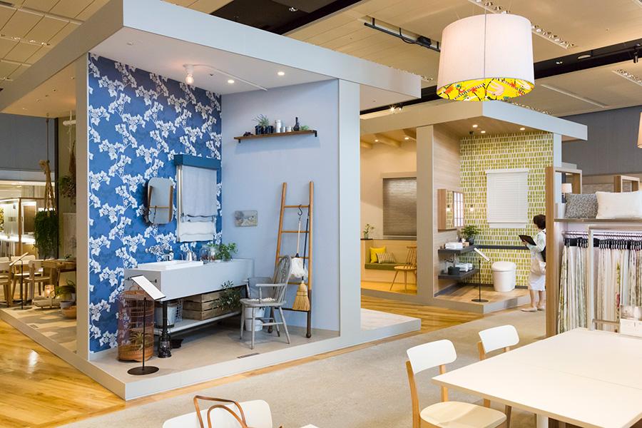 『サンゲツ品川ショールーム』。リアルサイズのコーディネイト空間なら、小さなサンプルではイメージしづらい大柄な壁紙も、使用感を捉えやすい。